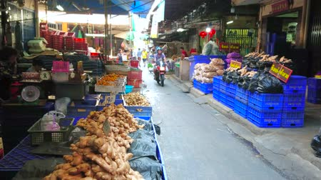 mercado : BANGKOK, THAILAND - APRIL 23, 2019: Alley of central Wang Burapha Phirom agricultural market with stalls, offering fresh vegetables, fruits, herbs and other farmers products, on April 23 in Bangkok
