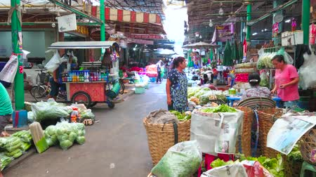 mercado : BANGKOK, THAILAND - APRIL 23, 2019: The cart of street drinks seller rides through the alleyway of central Wang Burapha Phirom agricultural market, on April 23 in Bangkok Stock Footage