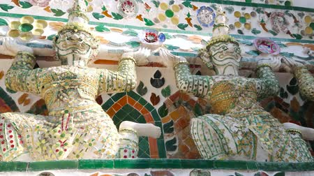 porselen : Close-up of decorative elements on medieval prang of Wat Arun, covered with stunning tilling and sculptures of porcelain Yakshas - the spirit guardians, also named demon-guardians, Bangkok, Thailand Stok Video