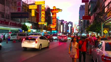 Çin mahallesi : BANGKOK, THAILAND - APRIL 23, 2019: Yaowarat road with its vibrant night life, busy traffic, lighting Chinese boards, restaurants, cafes and shops is the heart of Chinatown, on April 23 in Bangkok
