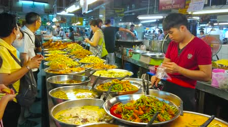 mercado : CHIANG MAI, THAILAND - MAY 4, 2019:  Traditional Thai takeaway dishes in food section of Tanin market, vendors offer fresh soups, vegetable stew with chicken, pork or seafood, on May 4 in Chiang Mai
