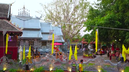 grawerowanie : CHIANG MAI, THAILAND - MAY 4, 2019: The  silver Ubosot of Wat Sri Suphan (Silver Temple) is surrounded by greenery, small shrines and Buddha Images, on May 4 in Chiang Mai Wideo