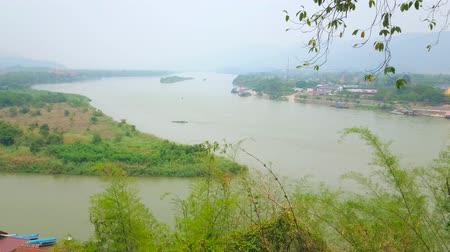 binário : Observe green banks of Thailand, Myanmar and Laos, divided by Mekong and Ruak rivers, Golden Triangle area, Sop Ruak, Thailand