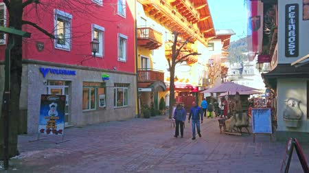 mercado : ZELL AM SEE, AUSTRIA - FEBRUARY 28, 2019: Walk the street of Altstadt (Old Town), lined with scenic historical hotels, traditional shops and tourist cafes, on February 28 in Zell Am See. Stock Footage