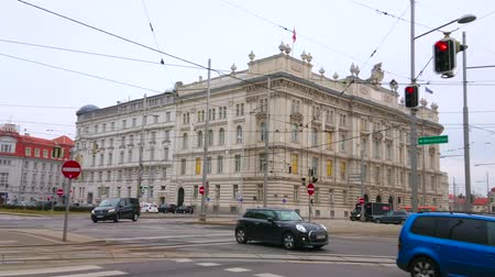 semt : VIENNA, AUSTRIA - MARCH 3, 2019: The busy traffic in Schwarzenberg Square, famous for its classical architectural ensemble, on March 3 in Vienna. Stok Video