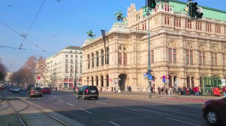 semt : VIENNA, AUSTRIA - FEBRUARY 18, 2019: The traffic in busy Ringstrasse avenue with a view on splendid Wiener Staatsoper - the State Opera theatre, on February 18 in Vienna. Stok Video