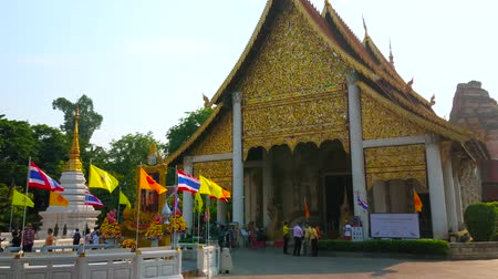 kolumna : CHIANG MAI, THAILAND - MAY 2, 2019: The square with flags in front of Phra Viharn Luang, located in Wat Chedi Luang Buddhist complex, on May 2 in Chiang Mai Wideo