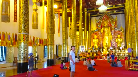 díszítés : CHIANG MAI, THAILAND - MAY 2, 2019: The rich interior of Phra Viharn Luang with scenic altar, rows of huge columns, covered with gilt floral and foliant patterns, on May 2 in Chiang Mai