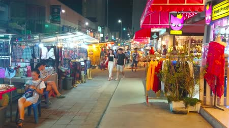 adil : CHIANG MAI, THAILAND - MAY 2, 2019: The narrow alley, lined with stores and stalls of Night Market, stretches along Chiangklan Road, on May 2 in Chiang Mai Stok Video