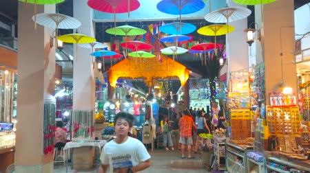 têxteis : CHIANG MAI, THAILAND - MAY 2, 2019: The hall of Kalare Night Market is decorated with brightly colored Oriental umbrellas, on May 2 in Chiang Mai Stock Footage