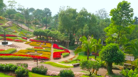 montañas : CHIANG RAI, THAILAND - MAY 9, 2019: Walk around the stellar shaped central flower bed of perennial garden of Mae Fah Luang, Doi Tung, on May 9 in Chiang Rai