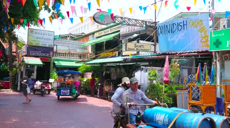 negozi : BANGKOK, THAILAND - APRIL 22, 2019: The pedestrian Ram Buttri street with hotels, cafes, restaurants, massage salons, tourist agencies and street food carts, on April 22 in Bangkok