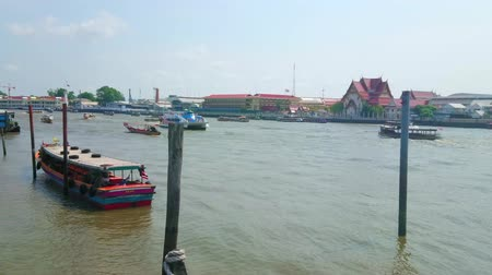 díszítés : BANGKOK, THAILAND - APRIL 22, 2019: Watch the fast traffic of tourist boats, ferries, and other vessels through the Chao Phraya river in central district of the city, on April 22 in Bangkok