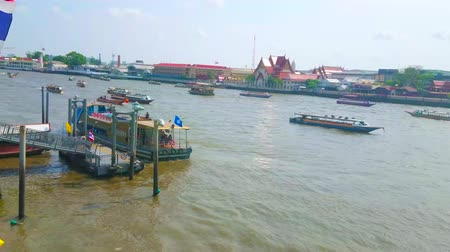 небольшой : BANGKOK, THAILAND - APRIL 22, 2019: The  tourist ships and ferries float and stop at Tha Maharaj pier on Chao Phraya river, on April 22 in Bangkok Стоковые видеозаписи