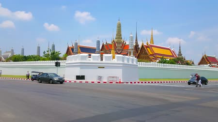 panské sídlo : BANGKOK, THAILAND - APRIL 23, 2019: Panorama of Grand Palace rampart with a view on the roofs of palaces, prangs and chedis, on April 23 in Bangkok Dostupné videozáznamy