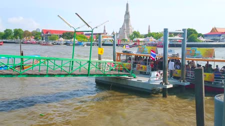 паром : BANGKOK, THAILAND - APRIL 22, 2019: The ferry has arrived to the pier on Chao Phraya river and the group of tourists gets off in front of Wat Arun, located on opposite bank, on April 22 in Bangkok Стоковые видеозаписи