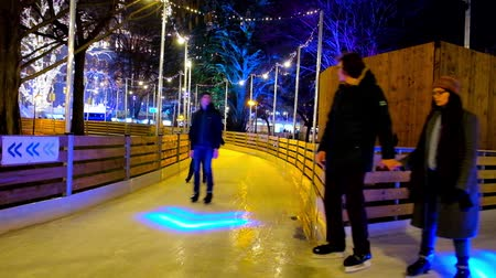 noc : VIENNA, AUSTRIA - FEBRUARY 18, 2019: People enjoy the maze of evening alleys of ice skating rink in Rathauspark, on February 18 in Vienna. Wideo