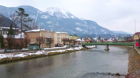sníh : BAD ISCHL, AUSTRIA - FEBRUARY 20, 2019: Walk across the Traun river and enjoy the view on beuatiful historic townhouses, villas and Elizabeth bridge, on February 20 in Bad Ischl Dostupné videozáznamy
