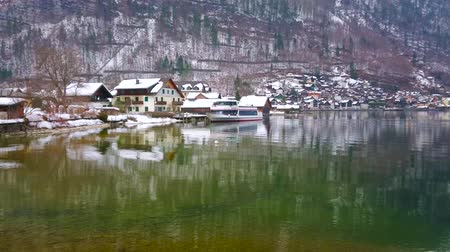 falu : HALLSTATT, AUSTRIA - FEBRUARY 21, 2019: Panorama of the town housing and Alpine landscape from the winter embankment of Hallstatter see (lake), on February 21 in Hallstatt