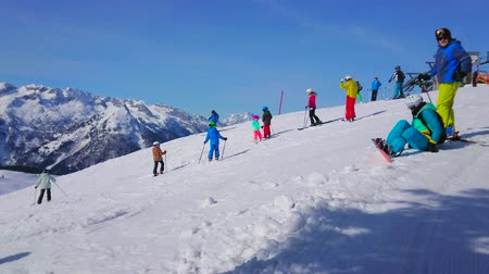trilhas : GOSAU, AUSTRIA - FEBRUARY 26, 2019:  The skiers and boarders enjoy their time on snowy slopes of Zwieselalm mount in Dachstein West Alps, on February 26 in Gosau. Vídeos