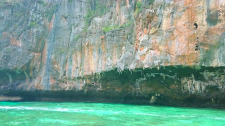 sziget : PHIPHI LEH, THAILAND - APRIL 27, 2019: The huge limestone cliffs surround narrow Pileh Bay lagoon of Phi Phi Leh Island - popular tourist resort and nature spot, on April 27 in PhiPhi Leh