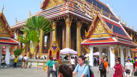 kolumna : BANGKOK, THAILAND - MAY 12, 2019: Panorama of Grand Palace grounds with a view on outstanding Phra Ubosot Chapel of Emerald Buddha with rich decorations in Thai style, on May 12 in Bangkok Wideo