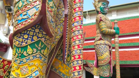 dworek : BANGKOK, THAILAND - MAY 12, 2019: Impressive huge statues of Yaksha demon guardians, located at the gate of Grand Palace and decorated with carvings, engraving and moldind, on May 12 in Bangkok Wideo