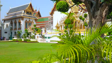dekorasyon : BANGKOK, THAILAND - MAY 12, 2019: The lawn in front of Chakri Maha Prasat Throne Hall with a view on Hor Phra Dhart Monthian Palace on background, Grand Palace complex, on May 12 in Bangkok