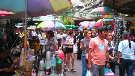 parapluie : BANGKOK, THAILAND - MAY 12, 2019:  Crowded Sampeng Lane market (Soi Wanit alley) of Chinatown with cart of coffee seller, making different refreshing drinks, on May 12 in Bangkok