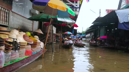 mercado : DAMNOEN SADUAK, THAILAND - MAY 13, 2019: Enjoy fantastic experience of shopping while boat trip in Ton Khem floating market, on May 13 in Damnoen Saduak
