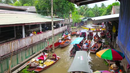 mercado : DAMNOEN SADUAK, THAILAND - MAY 13, 2019: The top view on narrow canal of Ton Khem floating market with chaotic traffic of free floating boats of tourists and vendors, on May 13 in Damnoen Saduak Stock Footage