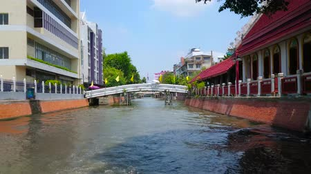 residencial : BANGKOK, THAILAND - APRIL 24, 2019: Explore Bang Lamphu Khlong (canal) and old town quarters, stretching along its banks, on April 24 in Bangkok Stock Footage