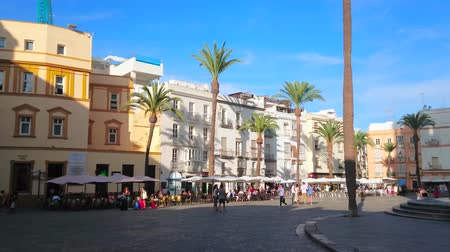negozi : CADIZ, SPAIN - SEPTEMBER 19, 2019: Plaza de la Catedral is the central square of old town with numerous restaurants, cafes and other tourist attractions, on September 19 in Cadiz