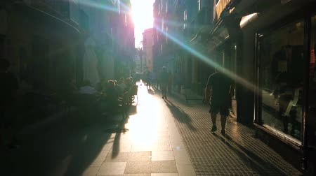 torre : CADIZ, SPAIN - SEPTEMBER 19, 2019: The backlight view of narrow crowded shopping Pelota street, on September 19 in Cadiz Stock Footage