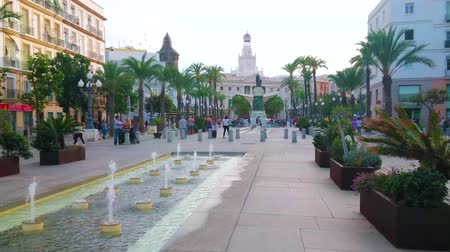 dworek : CADIZ, SPAIN - SEPTEMBER 19, 2019: The fountain amid the San Juan de Dios square with a view on Moret monument and Town Hall on the background, on September 19 in Cadiz