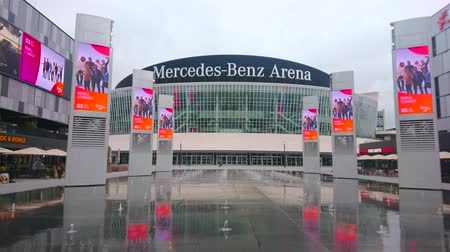negozi : BERLIN, GERMANY - OCTOBER 3, 2019: Panorama of Mercedes Platz with dancing fountains, large Shopping Malls on the sides and Mercedes-Benz-Arena in the middle, on October 3 in Berlin