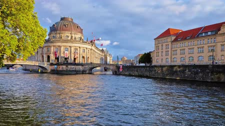 turisták : BERLIN, GERMANY - OCTOBER 3, 2019: Bode Museum on Spree river is a fine example of German Neo-Baroque style in architecture, so popular among boat sightseeing visitors, on October 3 in Berlin