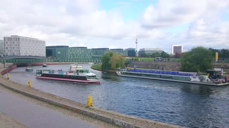 turisták : BERLIN, GERMANY - OCTOBER 3, 2019: The winding Spree river is a popular thoroughfare of the city, numerous sightseeing boats sail here, showing city to the tourists, on October 3 in Berlin