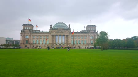 turisták : BERLIN, GERMANY - OCTOBER 3, 2019: The Platz der Republik and historical  Reichstag on autumn cloudy rainy weather, on October 3 in Berlin