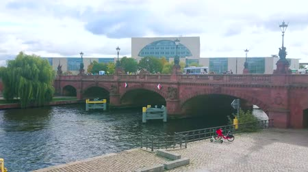 turisták : BERLIN, GERMANY - OCTOBER 3, 2019: The pleasure boats float along the Spree River under the beautiful stone Moltke Bridge, on October 3 in Berlin