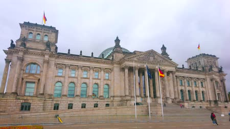 известное место : BERLIN, GERMANY - OCTOBER 3, 2019: The historical Reichstag is one of the most known buildings in central Berlin, and its the meeting place of German parliament, on October 3 in Berlin Стоковые видеозаписи