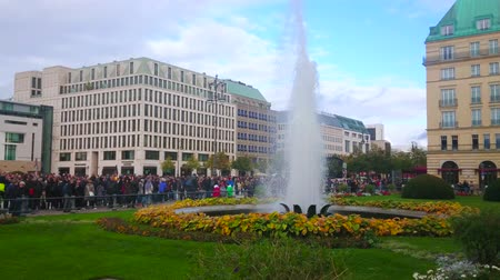 dworek : BERLIN, GERMANY - OCTOBER 3, 2019: The small park with fountain in crowded Pariser Platz on German Unity Day, on October 3 in Berlin Wideo