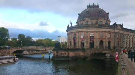 turisták : BERLIN, GERMANY - OCTOBER 3, 2019: Architectural ensemble of Bode Museum and Monbijou bridge across the Spree river with floating tourist boats, on October 3 in Berlin