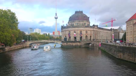 metallo : BERLIN, GERMANY - OCTOBER 3, 2019: The numerous modern sightseeing boats sail on Spree river, passing Bode Museum, one of the most important landmark on their route, on October 3 in Berlin Filmati Stock