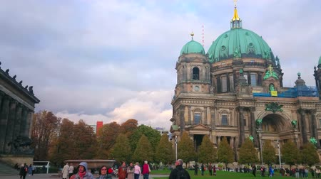 torre : BERLIN, GERMANY - OCTOBER 3, 2019: Panorama of Lustgarten park with green lawn, Berlin Cathedral building and Altes Museum, on October 3 in Berlin Stock Footage