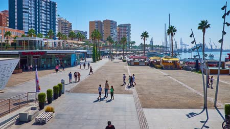 паром : MALAGA, SPAIN - SEPTEMBER 28, 2019: Muelle Uno seaside promenade with line of fashion stores, cafes, restaurants, tourist ferry terminal and yacht port, on September 28 in Malaga