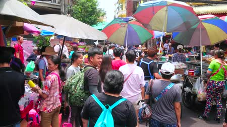 mercado : BANGKOK, THAILAND - MAY 12, 2019: Crowd of people in Sampeng Lane market (Soi Wanit alley) of Chinatown, this vibrant area is nice place to buy local foods, drinks and souvenirs, on May 12 in Bangkok