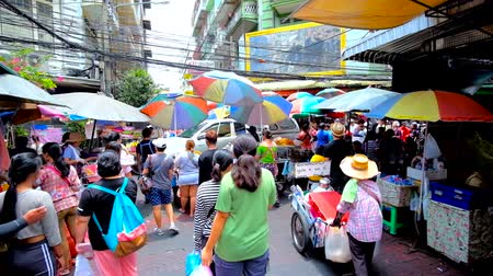mercado : BANGKOK, THAILAND - MAY 12, 2019: The vibrant and noisy Sampeng Lane market (Soi Wanit alley) of Chinatown, local street food sellers get stucked the road with their carts, on May 12 in Bangkok