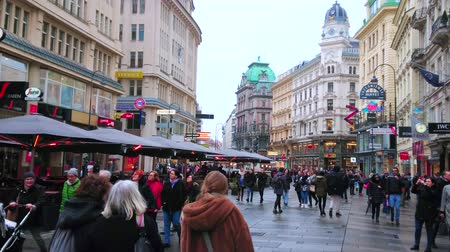 turisták : VIENNA, AUSTRIA - MARCH 2, 2019: The Graben street with numerous boutiques, cafes, restaurants outdoor terraces and crowd of tourists, on March 2, on Vienna