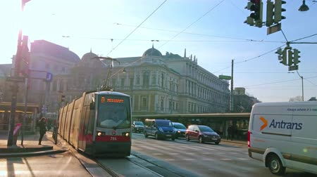 histórico : VIENNA, AUSTRIA - FEBRUARY 18, 2019: The Ringstrasse with heavy traffic and crowded tram station on the background, on February 18 in Vienna